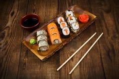 Sushi auf Holztisch Stockfotografie
