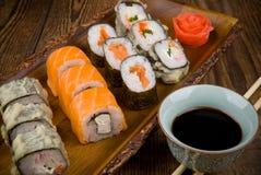 Sushi auf Holztisch Stockbilder