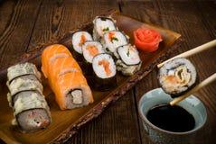 Sushi auf Holztisch Lizenzfreies Stockbild