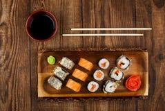 Sushi auf Holztisch, Draufsicht Lizenzfreies Stockbild