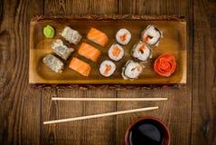 Sushi auf Holztisch, Draufsicht Stockfoto