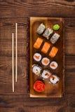 Sushi auf Holztisch, Draufsicht Lizenzfreies Stockfoto