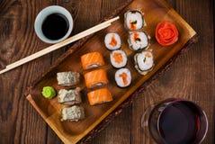 Sushi auf Holztisch, Draufsicht Stockbild
