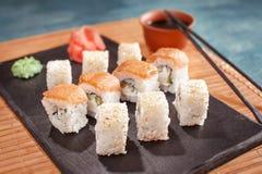 Sushi auf Kochplatte mit Essstäbchen Lizenzfreie Stockbilder