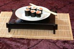 Sushi auf Platte. lizenzfreie stockbilder