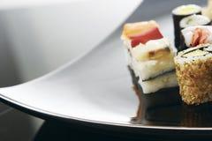 Sushi auf Platte Stockfoto