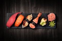 Sushi auf schwarzer Steinplatte Stockfotos