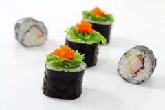 Sushi auf Spitzenmeerespflanze. Stockfotos