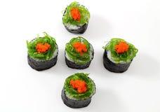 Sushi auf Spitzenmeerespflanze. Lizenzfreie Stockbilder