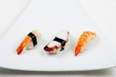 Sushi auf Weiß Stockfotos