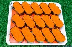 Sushi auf weißem Teller Lizenzfreie Stockbilder