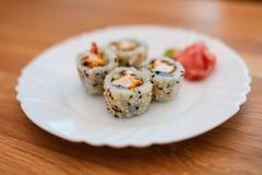 Sushi auf weißer Platte lizenzfreies stockbild