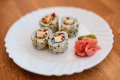 Sushi auf weißer Platte stockfoto