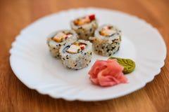 Sushi auf weißer Platte stockfotos