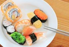 Sushi avec des baguettes Image stock