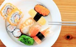 Sushi avec des baguettes Images stock
