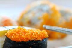 Sushi avec des baguettes Photos stock