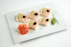 Sushi avec la perche, la chaux et le caviar noir Photographie stock libre de droits