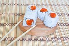Sushi avec les saumons, le caviar (mayonnaise) et un concombre. Images libres de droits