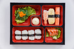Sushi Bento Served med japanska ris Wraped med havsväxt och räka, Kani och Tamagoyaki sushi med havsväxtsallad royaltyfri fotografi
