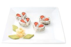 Sushi bien décorés formant des formes de coeurs Photographie stock