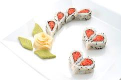Sushi bien décorés formant des formes de coeurs Photos stock