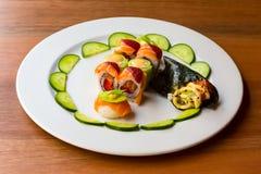 Sushi brillante del color con la fruta fotos de archivo