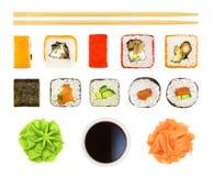 Sushi, broodjes, sojasaus, eetstokjes, enz. Geïsoleerde stock foto