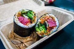 Sushi Burrito ist eine japanische Nahrung der neuen Fusion lizenzfreie stockfotos
