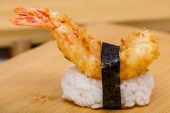 Sushi caldi con il gamberetto della tempura di ebi su fondo bianco Fotografia Stock