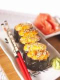 Sushi chauds de plaque avec des baguettes Images libres de droits