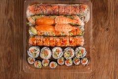Sushi clasificado en una tabla de madera Fotografía de archivo