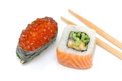 Sushi com caviar e rolo vermelhos fotografia de stock royalty free