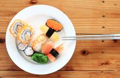 Sushi com chopsticks Foto de Stock Royalty Free