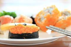 Sushi com chopsticks Fotografia de Stock Royalty Free
