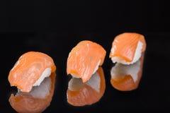 Sushi com salmões três partes Imagens de Stock