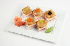Sushi con el atún, las conchas de peregrino y el caviar Imágenes de archivo libres de regalías