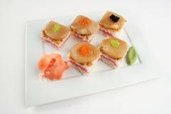 Sushi con el atún, las conchas de peregrino y el caviar Foto de archivo libre de regalías