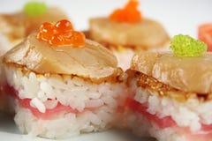 Sushi con el atún, las conchas de peregrino y el caviar Fotos de archivo libres de regalías