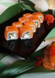 Sushi con formaggio di color salmone e cremoso Fotografie Stock