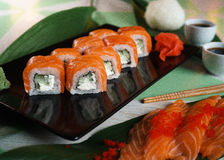 Sushi con formaggio di color salmone e cremoso Immagini Stock