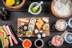 Sushi con gli ingredienti freschi Fotografie Stock