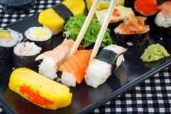 Sushi con i bastoncini Fotografia Stock Libera da Diritti