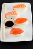 Sushi sulla zolla Immagini Stock