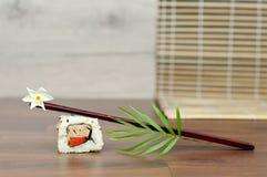 Sushi con il fiore e la bacchette. Immagine Stock