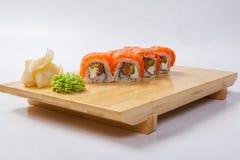 Sushi con il salmone su un vassoio di legno Fotografia Stock Libera da Diritti
