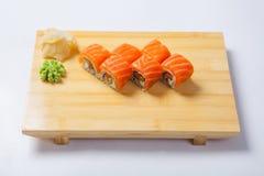 Sushi con il salmone su un vassoio di legno Fotografia Stock