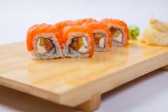Sushi con il salmone su un vassoio di legno Fotografie Stock