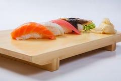 Sushi con il salmone su un vassoio di legno Immagine Stock Libera da Diritti