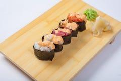 Sushi con il salmone su un vassoio di legno Fotografie Stock Libere da Diritti